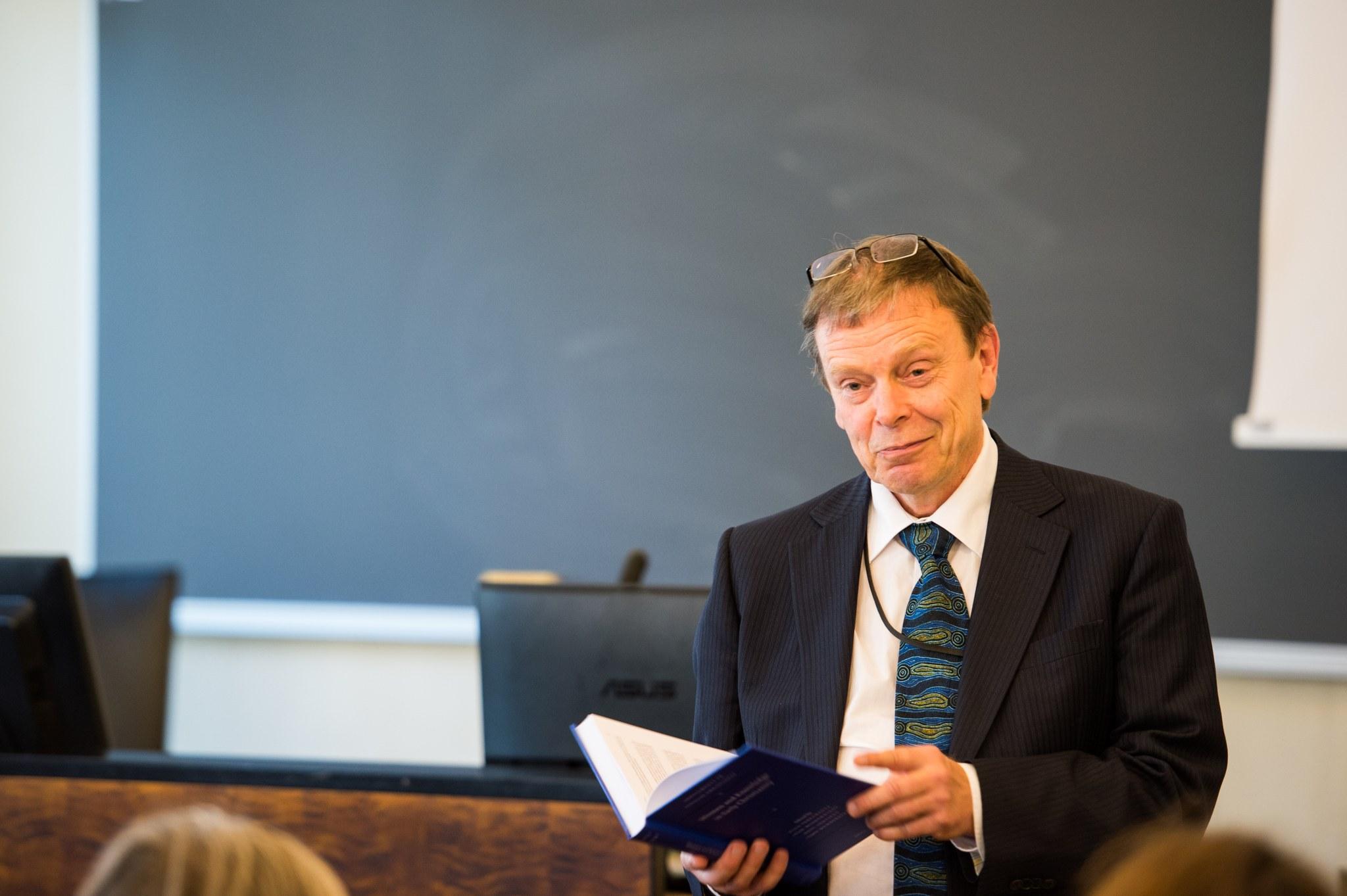Antti Marjanen ja kirjan toimittajat.